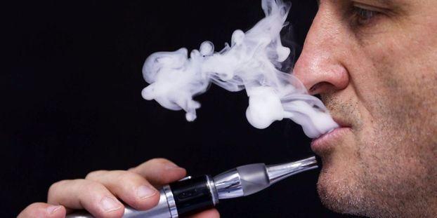 une cigarette électronique vapeur photo